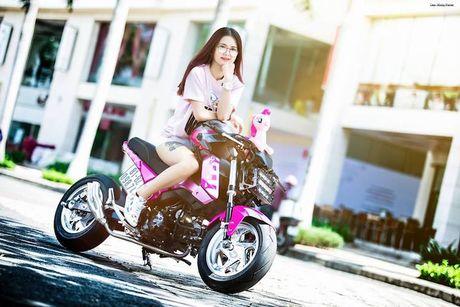 Nu biker Viet cuc cool ben Honda MSX125 hang khung - Anh 1