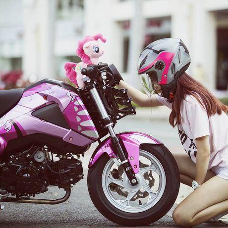 Nu biker Viet cuc cool ben Honda MSX125 hang khung - Anh 3