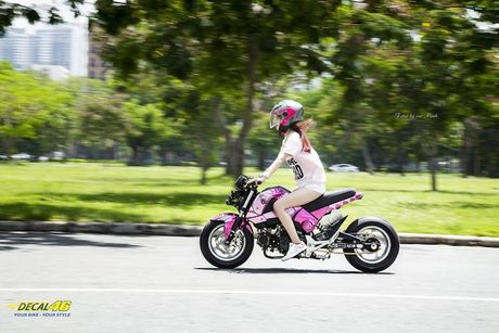 Nu biker Viet cuc cool ben Honda MSX125 hang khung - Anh 7
