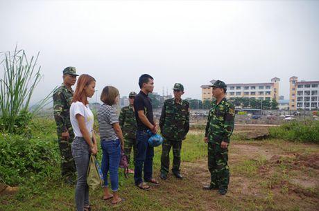 Bat doi nam nu dang lua ban thieu nu sang Trung Quoc - Anh 1