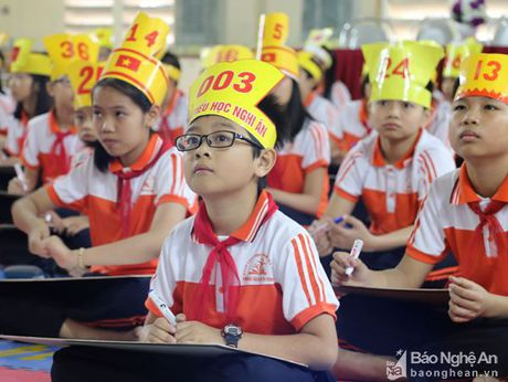 Hoc sinh Thanh pho Vinh 'khoc nhu mua' vi de toan lop 5 qua kho - Anh 1