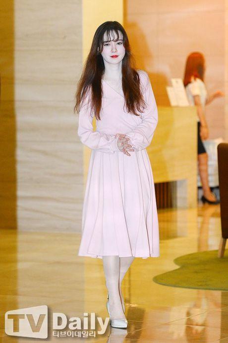 'Nang Co' Goo Hye Sun trat phan qua da khien mat trang bech - Anh 1