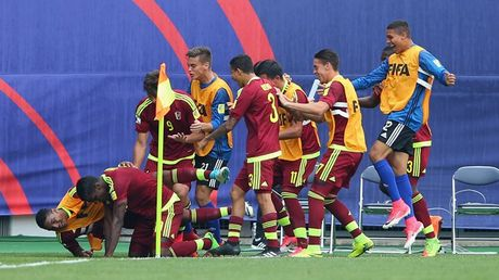Cu soc ngay khai mac: 'Ronaldo' Venezuela khien U20 Duc om han - Anh 1