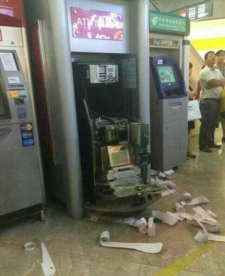 Tam giu doi tuong pha tru ATM, dung hung khi tan cong bao ve - Anh 1