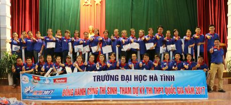 Hon 300 sinh vien Truong Dai hoc Ha Tinh tiep tuc 'Tiep suc mua thi' - Anh 1
