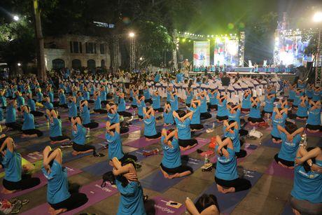 Man dong dien an tuong ki niem ngay Quoc te Yoga 2017 - Anh 1
