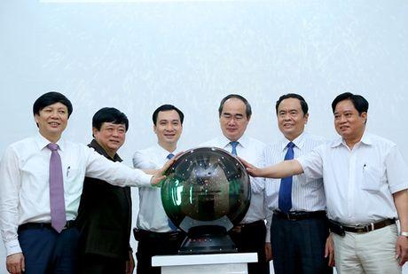 Chu tich Nguyen Thien Nhan du le ra mat Tap chi dien tu Mat tran - Anh 4