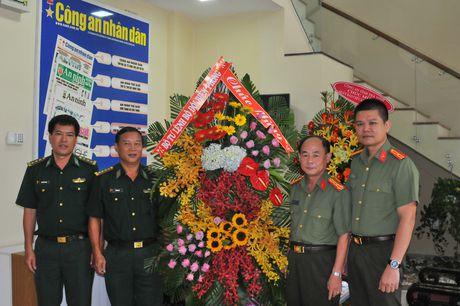 Lanh dao TP Ho Chi Minh tham, chuc mung Bao CAND - Anh 3