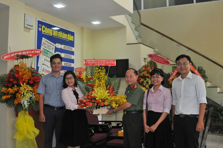 Lanh dao TP Ho Chi Minh tham, chuc mung Bao CAND - Anh 8