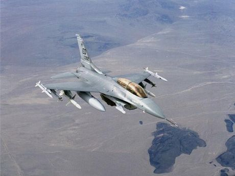 Lockheed Martin ky thoa thuan che tao hang tram may bay F-16 tai An Do - Anh 1
