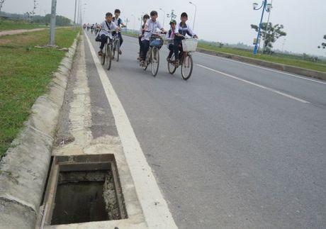 Hang tram ho ga tai huyen Me Linh khong co nap: Nguy hiem cho nguoi tham gia giao thong - Anh 1