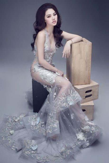 Hoa hau Jolie Nguyen vo cung goi cam voi vay 12.000USD - Anh 4