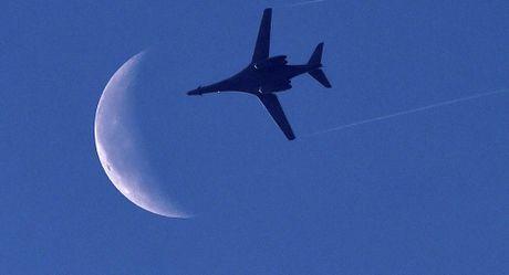 My dua 2 may bay nem bom B-1B Lancers toi ban dao Trieu Tien - Anh 1