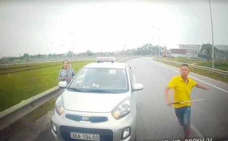 Yeu cau xu ly vu lai xe taxi chay nguoc chieu tren duong bo o Thanh Hoa - Anh 1