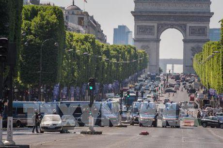 Phat hien nhieu sung trong nha thu pham vu dam xe o dai lo Champs Elysees - Anh 1