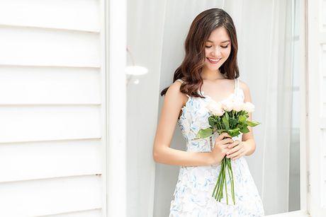 A hau Thuy Dung khoe nhan sac xinh dep, mong manh - Anh 3