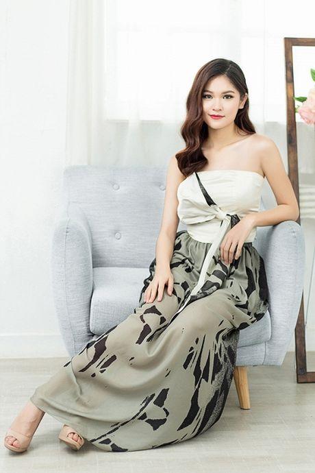 A hau Thuy Dung khoe nhan sac xinh dep, mong manh - Anh 9