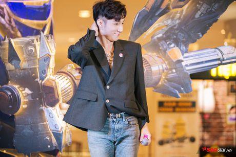 Son Tung xuat hien chop nhoang van du suc 'cong pha' le ra mat 'Transformers: The Last Knight' - Anh 11