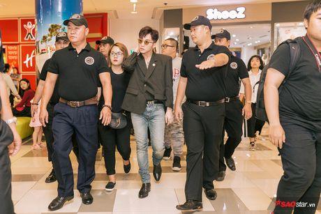 Son Tung xuat hien chop nhoang van du suc 'cong pha' le ra mat 'Transformers: The Last Knight' - Anh 4