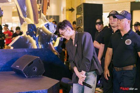 Son Tung xuat hien chop nhoang van du suc 'cong pha' le ra mat 'Transformers: The Last Knight' - Anh 7