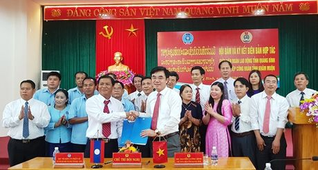 LDLD tinh Quang Binh va Lien hiep cong doan tinh Kham Muon ky ket hop tac - Anh 2