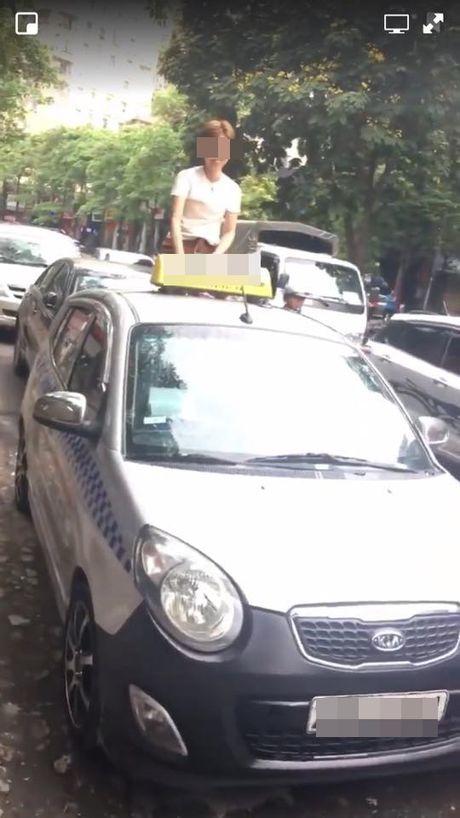 Nguoi phu nu treo len noc xe taxi 'an va' giua pho Ha Noi - Anh 2