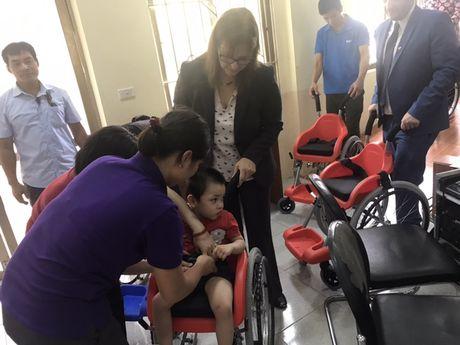 Dai su quan Israel trao tang 100 xe lan cho tre em khuyet tat Viet Nam - Anh 1
