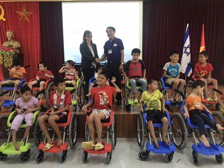 Dai su quan Israel trao tang 100 xe lan cho tre em khuyet tat Viet Nam - Anh 2