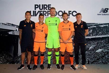 Liverpool ra mat ao dau mau cam la lam - Anh 7