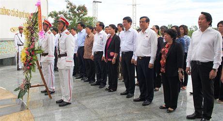 Chu tich Quoc hoi tham cac gia dinh chinh sach - Anh 1