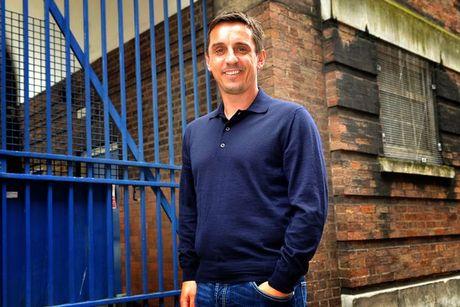 Nhu nam ngoai, Gary Neville lai du doan Manchester vo dich Premier League - Anh 1