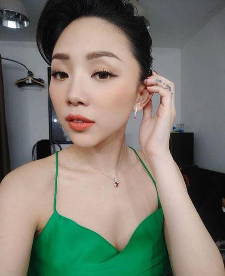 'Ban loan' vi Toc Tien chuong mac ao hai day xe sau hun hut o nha - Anh 3