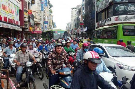 Giai cuu xe rac bi 'ho tu than' nuot o trung tam Sai Gon - Anh 5
