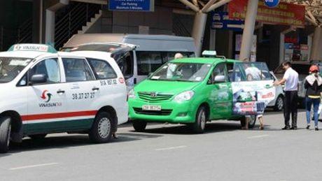 Taxi truyen thong chiu nhieu thue, phi cao so voi Grab, Uber la khong dung - Anh 1