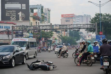 TP HCM: Sang som, taxi huc xe may vang 10m - Anh 1