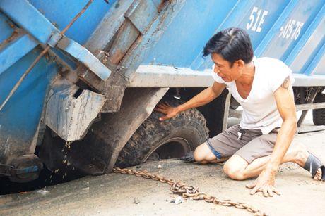"""""""Giai cuu"""" xe rac bi sup ho sau tren duong Hai Ba Trung - Anh 1"""