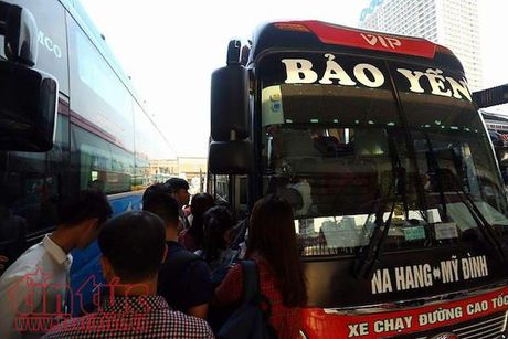Ngan chan nguoi khong co bang lai 'lieu linh' lai xe khach - Anh 1