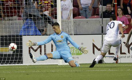 "MU thang nhoc: Mourinho ""cai"" trong tai khien Valencia bi duoi - Anh 1"