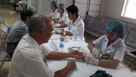 Kham benh, tang qua cho 215 doi tuong chinh sach - Anh 1