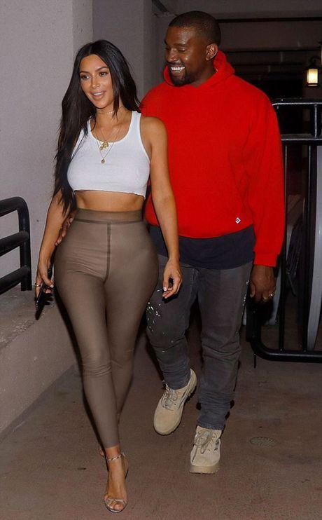 Kanye West tinh tu om eo Kim di xem phim - Anh 1