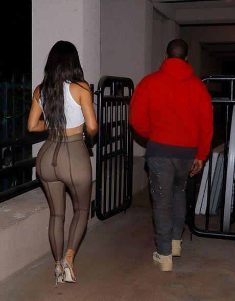 Kanye West tinh tu om eo Kim di xem phim - Anh 4