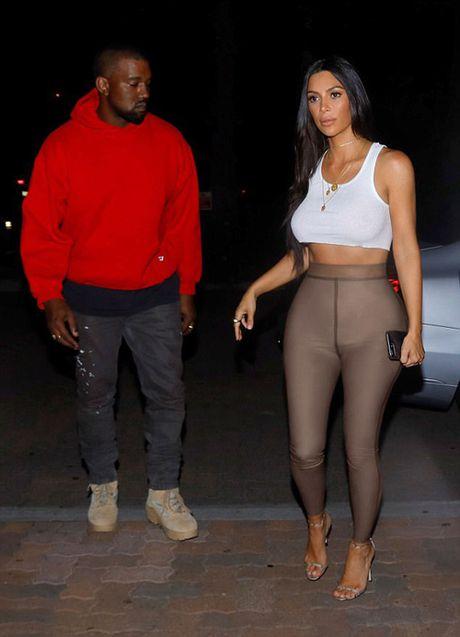 Kanye West tinh tu om eo Kim di xem phim - Anh 5