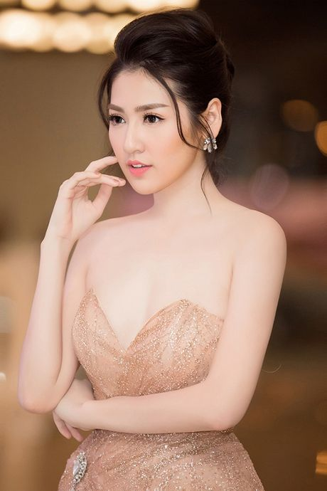 A hau Tu Anh khoe than hinh 'dong ho cat' dep tua nu than - Anh 4