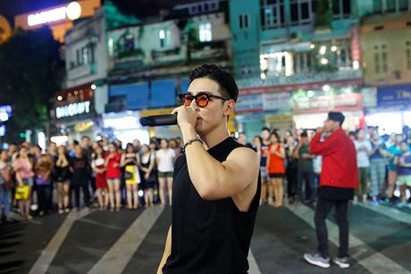Ban trai Chung Huyen Thanh nao loan pho di bo Ha Noi - Anh 2