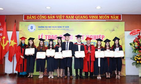 Dai hoc Ngan hang TP.HCM: Le tot nghiep Chuong trinh cu nhan chat luong cao - Anh 1