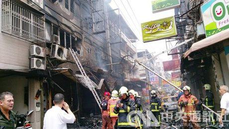 No khi gas kinh hoang o khu mua sam Dai Loan - Anh 3