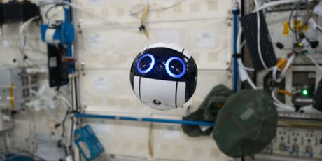 Robot hinh bong ben trong Tram Khong gian Quoc te - Anh 1