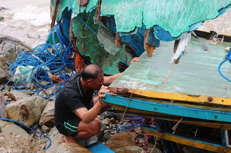 Dan Quang Binh truc vot tung manh tau ca vo vun sau bao - Anh 1