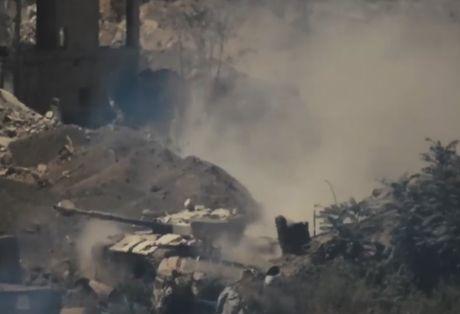 Tang T-72 cua Syria lao xuong song sau khi trung ten lua phien quan - Anh 1