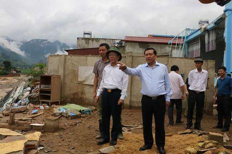Chu tich Lai Xuan Mon tham hoi nguoi dan vung lu quet Muong La - Anh 1